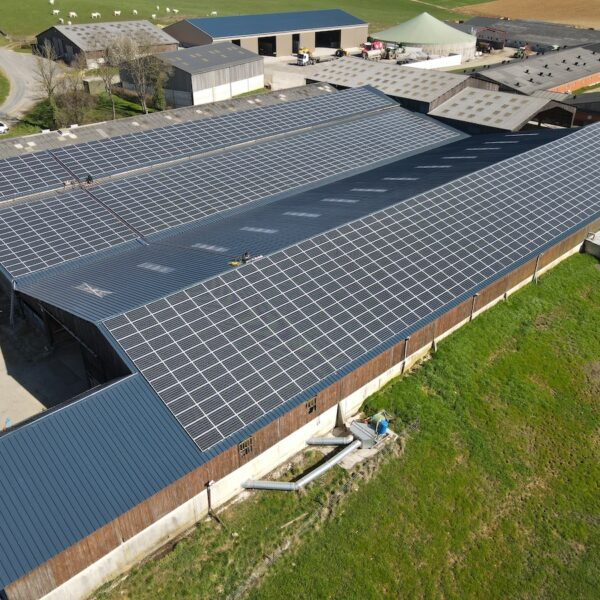 Prez-08-Hangar-agricole-Professionnel-panneaux-photovoltaïques-500-kWc-GAEC-Demorgny-2-l-Silicéo